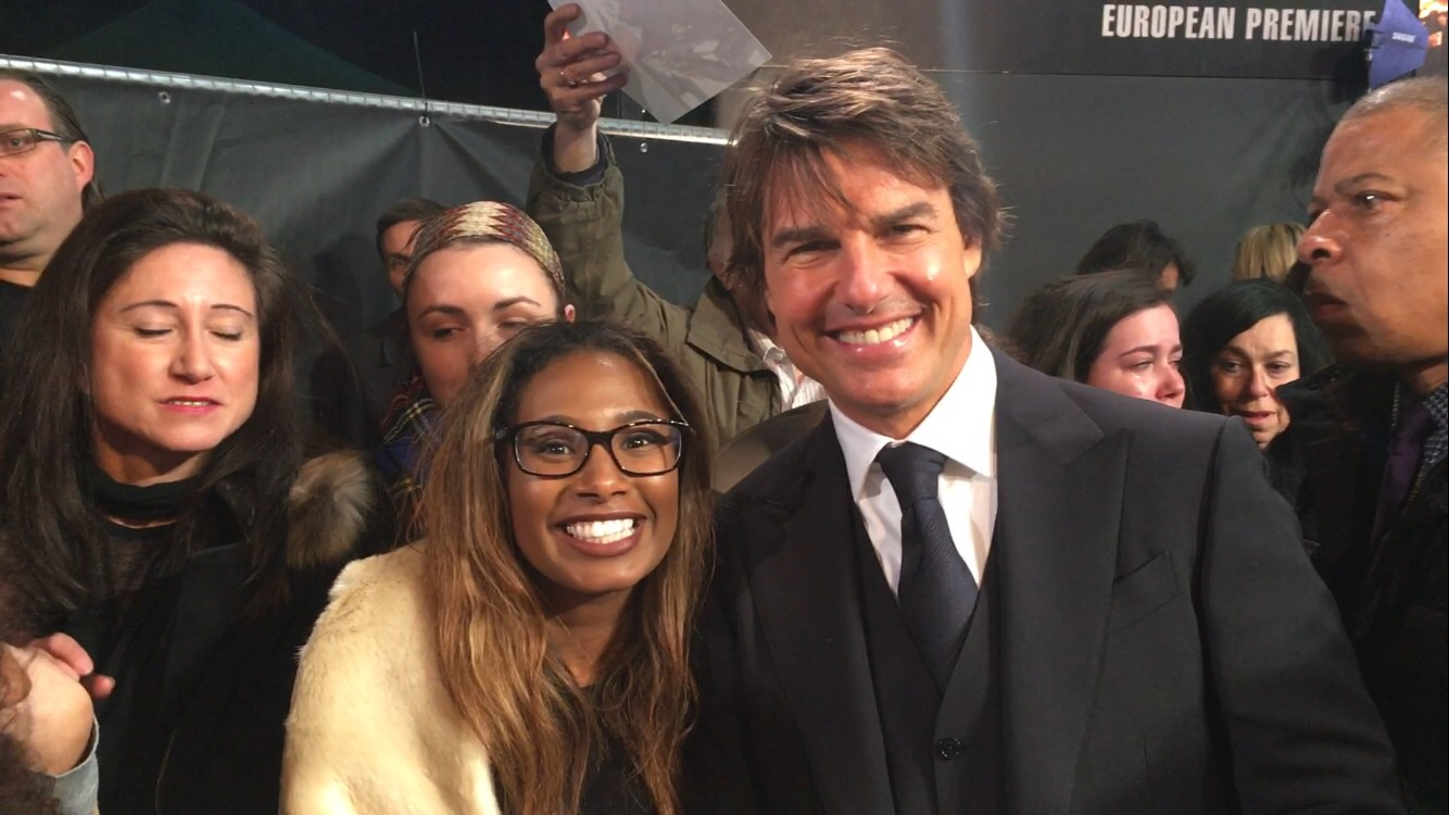 Tom Cruise with fans at the Jack Reacher Never Go Back Premiere