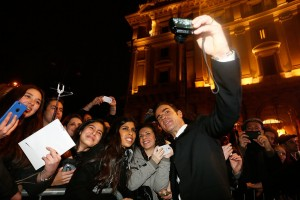 Justin Theroux with fans at the Rome premiere of Zoolander No. 2